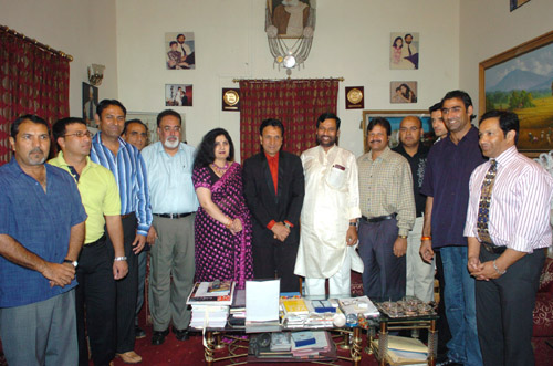 The Union Minister for Chemicals & Fertilizers, Steel Shri Ram Vilas Paswan with the visiting senior Pakistan Cricketers, in New Delhi on March 17, 2005