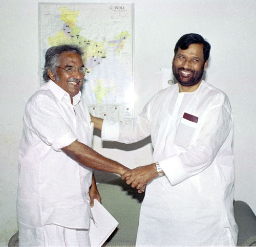 The Chief Minister of Kerala, Shri Oommen Chandy calls on the Union Minister for Chemicals and Fertilizers & Steel, Shri Ram Vilas Paswan in New Delhi on April 28, 2005