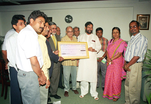 The Chairman & Managing Director, Rashtriya Chemicals and Fertilizers Limited, Shri U.S. Jha presenting a dividend cheque of Rs. 71.4 crore to the Union Minister for Steel, Chemicals and Fertilizers, Shri Ram Vilas Paswan, in New Delhi on August 5, 2005