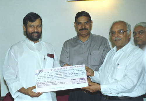 The Chairman & Managing Director, National Mineral Development Corporation, B. Ramesh Kumar presenting a dividend cheque of Rs. 98.8 crore to the Union Minister for Steel, Chemicals and Fertilizers, Shri Ram Vilas Paswan, in New Delhi on August 6, 2005