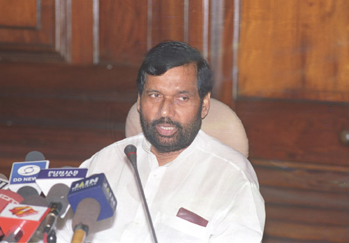 The Union Minister of Steel, Chemicals and Fertilizers Shri Ram Vilas Paswan holding a Press Conference on the matters related to Pharmaceuticals and Drugs, in New Delhi on August 23, 2005