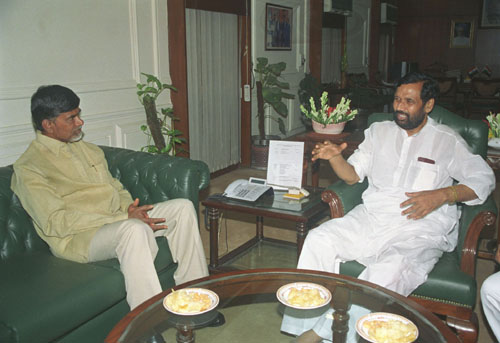 The former Chief Minister of Andhra Pradesh Shri Chandra Babu Naidu calls on the Union Minister of Steel, Chemicals and Fertilizers Shri Ram Vilas Paswan, in New Delhi on August 23, 2005