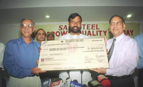 The Chairman, SAIL Shri V.S.Jain presenting a dividend cheque of Rs.638.04 crore for the financial year 2004-05 to the Union Minister for Chemicals, Fertilizers and Steel, Shri Ram Vilas Paswan , at a function in New Delhi on October 02, 2005