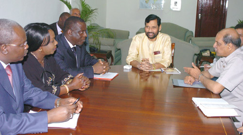 The Senior Minister of Foreign Affairs, Republic of Senegal Dr. Cheikh Tidiane Gadio calls on Shri Ram Vilas Paswan, Minister of Chemicals & Fertilisers and Steel, in New Delhi on March 24, 2006