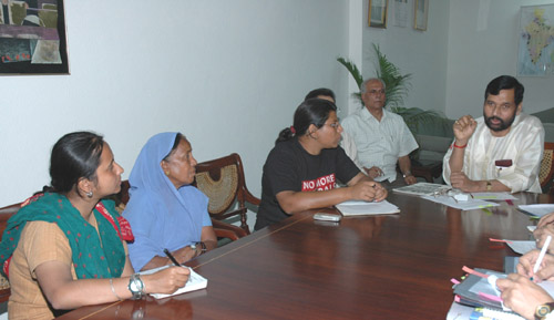 The representatives of Bhopal Gas Victims Association meeting with the Union Minister for Steel, Chemicals and Fertilizers, Shri Ram Vilas Paswan, in New Delhi on March 29, 2006