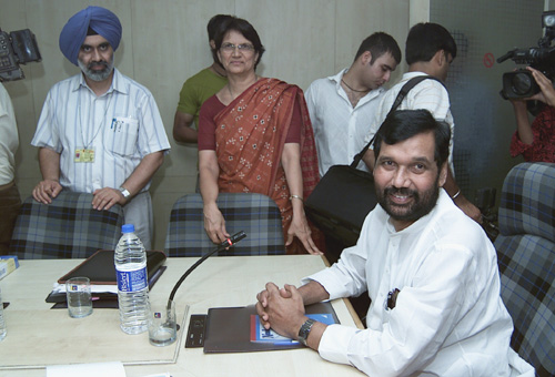 The Union Minister for Chemicals & Fertilizers, Shri Ram Vilas Paswan at an interactive session with the Pharmaceutical Industry of India on formulation of National Pharmaceutical Policy 2006, in New Delhi on August 17, 2006
