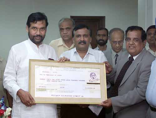 The Union Minister for Steel, Chemicals and Fertilizers, Shri Ram Vilas Paswan receiving a dividend cheque from the Chairman & Managing Director, Rashtriya Chemicals & Fertilizers, Shri U.S. Jha, in New Delhi on August 29, 2006