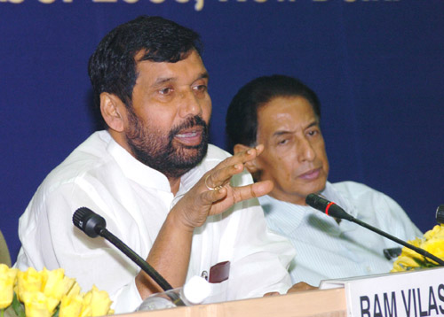 The Union Minister for Steel, Chemicals and Fertilizers, Shri Ram Vilas Paswan and his deputy Shri B.K. Handique at the Pharmaceutical Advisory Forum meeting in New Delhi on September 23, 2006
