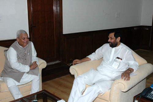 The Agriculture and Fertilizers Minister of Nepal, Shri Mahanta Thakur calls on the Union Minister for Steel, Chemicals and Fertilizers, Shri Ram Vilas Paswan, in New Delhi on October 11, 2006