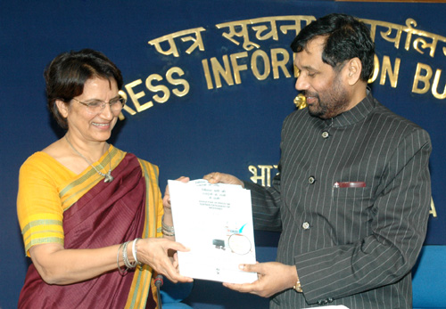 The Union Minister of Chemicals & Fertilizers and Steel, Shri Ram Vilas Paswan releasing a booklet on Reduction in Prices of Certain Categories of Medicines in New Delhi on October 31, 2006.  The Secretary of Chemicals and Fertilizers, Smt. Satwant Reddy is also seen