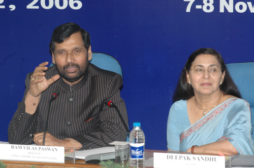 The Union Minister of Chemicals & Fertilizers and Steel, Shri Ram Vilas Paswan addressing the Economic Editors Conference 2006, organised by the Press Information Bureau, in New Delhi on November 07, 2006 The Director General (M & C), PIB, Smt Deepak Sandhu is also seen