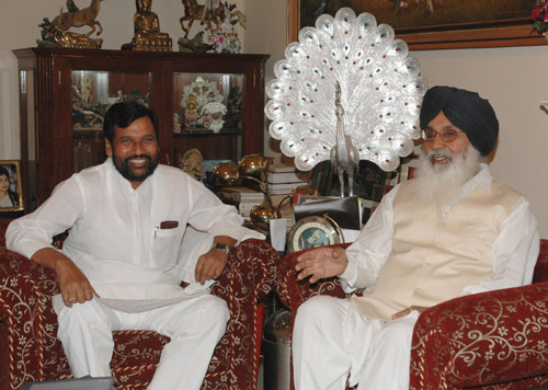The Chief Minister of Punjab, Shri Prakash Singh Badal calls on the Union Minister of Chemicals & Fertilizers and Steel, Shri Ram Vilas Paswan, in New Delhi on April 18, 2007