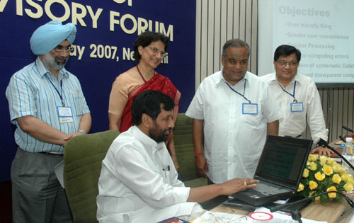 The Union Minister of Chemicals & Fertilizers and Steel, Shri Ram Vilas Paswan launching the online Piling system of Price fixation and Modification, in New Delhi on May 15, 2007