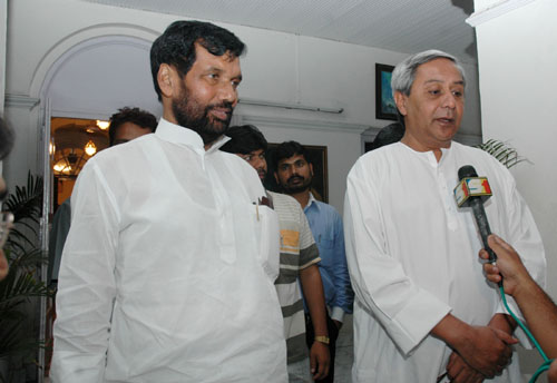 The Chief Minister of Orissa, Shri Naveen Patnaik with the Union Minister of Steel, Chemicals & Fertilizers, Shri Ram Vilas Paswan, in New Delhi on May 15, 2007