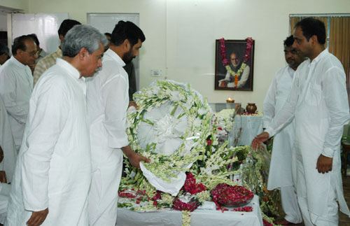 The Union Minister of Chemicals & Fertilizers and Steel, Shri Ram Vilas Paswan paying tribute to the mortal remains of the former Prime Minster Shri Chandra Shekhar, in New Delhi on July 08, 2007