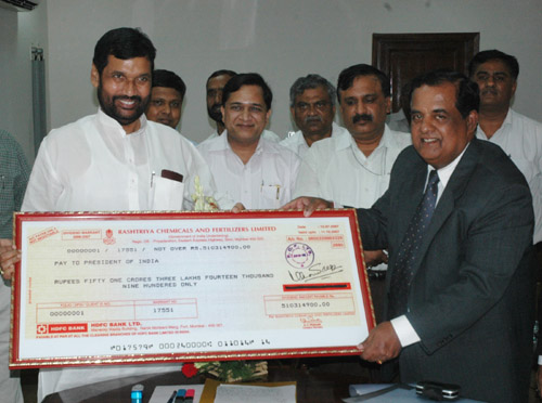 The Rashtriya Chemicals and Fertilisers Ltd. Presenting the dividend cheque to the Union Minister of Chemicals & Fertilizers and Steel, Shri Ram Vilas Paswan, in New Delhi on July 17, 2007