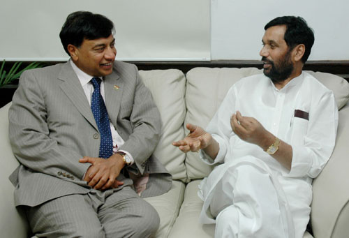 The Union Minister of Chemicals & Fertilizers and Steel, Shri Ram Vilas Paswan meeting with the Chairman, Mittal Investments Shri L.N. Mittal, in New Delhi on July 25, 2007