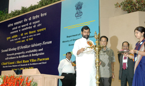 The Union Minister of Chemicals & Fertilizers and Steel, Shri Ram Vilas Paswan lighting the lamp to inaugurate the Second Meeting of the Fertiliser Advisory Forum comprising delegates from States, Industry representatives, Farmers and Central Government Departments, in New Delhi on August 01, 2007