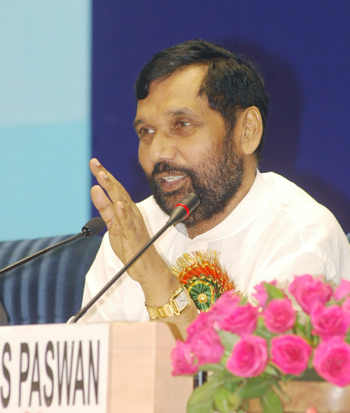 The Union Minister of Chemicals & Fertilizers and Steel, Shri Ram Vilas Paswan addressing at the press conference on the conclusion of the Second Meeting of the Fertiliser Advisory Forum comprising delegates from States, Industry representatives, Farmers and Central Government Departments, in New Delhi on August 01, 2007