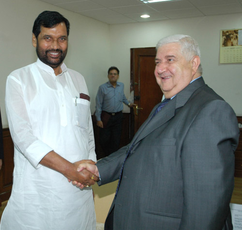 The Union Minister of Chemicals & Fertilizers and Steel, Shri Ram Vilas Paswan meeting with the Foreign Minister of Syria, Mr. Walid Mouallem in New Delhi on August 14, 2007