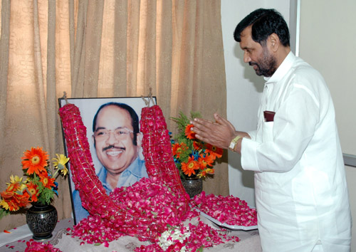 The Union Minister of Chemicals & Fertilizers and Steel, Shri Ram Vilas Paswan paying homage to Late Shri Murasoli Maran on his 73rd birth anniversary, in New Delhi on August 17,2007