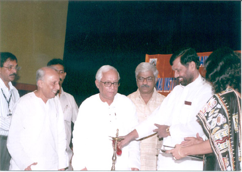 The Union Minister of Chemicals & Fertilizers and Steel, Shri Ram Vilas Paswan lighting the lamp to inaugurate the National Institute of Pharmaceutical Education & Research (NIPER), in Kolkata on November 05, 2007