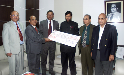 The Union Minister of Chemicals & Fertilizers and Steel,Shri Ram Vilas Paswan being presented a dividend cheque by the National Minerals Development Corporation (NMDC), in New Delhi on November 30, 2007