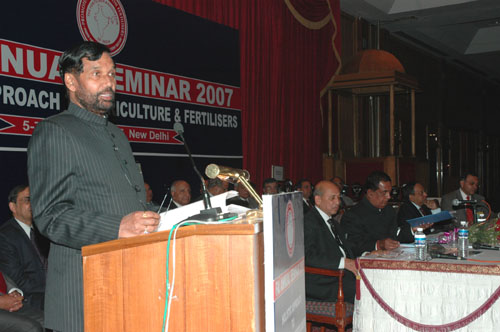 The Union Minister of Chemicals & Fertilizers and Steel, Shri Ram Vilas Paswan addressing at the inauguration of a Seminar on Holistic Approach to Agriculture and Fertilisers, in New Delhi on December 05, 2007