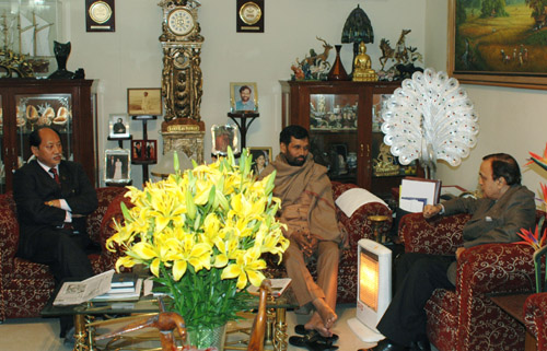 The Union Minister of Chemicals & Fertilizers and Steel, Shri Ram Vilas Paswan met the Union Minister of Petroleum and Natural Gas, Shri Murli Deora and the Chief Minister of Nagaland, Shri Neiphiu Rio, in New Delhi on December 18, 2007