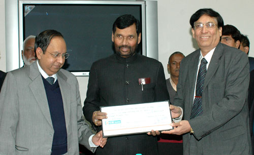 The Union Minister of Chemicals & Fertilizers and Steel, Shri Ram Vilas Paswan being presented a dividend cheque by Manganese Ores India Limited (MOIL), in New Delhi on January 31, 2008