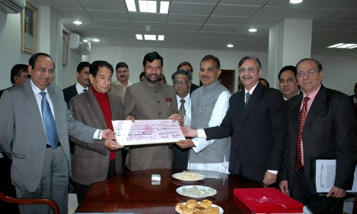 The Union Minister of Chemicals & Fertilizers and Steel, Shri Ram Vilas Paswan being presented a Dividend Cheque by the Chairman, KRIBHCO, Shri Chandra Pal Singh Yadav, in New Delhi on February 07, 2008.  The Minister for State for Chemical and Fertilizers, Shri B.K. Handique is also seen