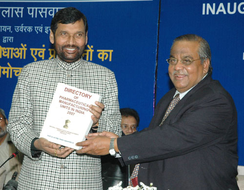The Union Minister of Chemicals & Fertilizers and Steel, Shri Ram Vilas Paswan releasing the first Directory of Pharmaceutical Manufacturing Units in India, in New Delhi on February 28, 2008