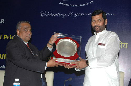 The Chairman NPPA, Shri Ashok Kumar presenting a memento to the Union Minister of Chemicals & Fertilizers and Steel, Shri Ram Vilas Paswan, at the Seminar on Pharmaceutical Pricing and Regulatory framework for Affordable Medicines, in New Delhi on April 12, 2008