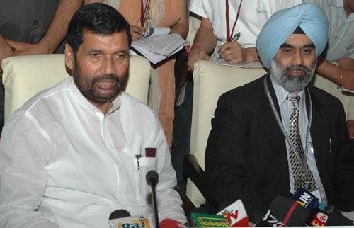 The Union Minister of Chemicals & Fertilizers and Steel, Shri Ram Vilas Paswan interacting with the media at the Seminar on Pharmaceutical Pricing and Regulatory framework for Affordable Medicines, in New Delhi on April 12, 2008