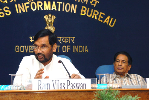 The Union Minister of Chemicals & Fertilizers and Steel, Shri Ram Vilas Paswan addressing a Press Conference on achievements of Ministry of Chemicals and Fertilisers during the last four years, in New Delhi on May 27, 2008.  The Minister of State for Chemicals & Fertilizers and Mines, Shri B.K. Handique is also seen