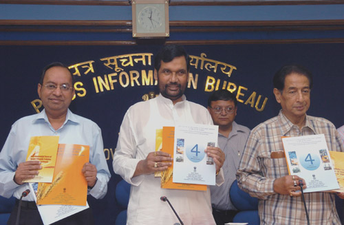 The Union Minister of Chemicals & Fertilizers and Steel, Shri Ram Vilas Paswan releasing a book on achievements of Ministry of Chemicals and Fertilisers during the last four years, in New Delhi on May 27, 2008.  The Minister of State for Chemicals & Fertilizers and Mines, Shri B.K. Handique is also seen