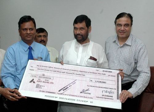 The Union Minister of Chemicals & Fertilizers and Steel, Shri Ram Vilas Paswan receiving a dividend cheque from the CMD, Projects and Development India Limited (PDIL), Shri R.G. Rajan, in New Delhi on September 11, 2008. The Secretary (Fertilizers), Shri Atul Chaturvedi is also seen