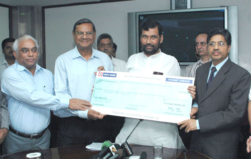 The Union Minister of Chemicals & Fertilizers and Steel, Shri Ram Vilas Paswan receiving the dividend cheque from National Mineral Development Corporation (NMDC), in New Delhi on September 12, 2008