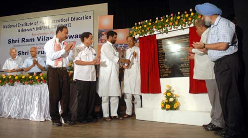 The Union Minister of Chemicals & Fertilizers and Steel, Shri Ram Vilas Paswan unveiling the plaque to inaugurate the National Institute of Pharmaceutical Education &Research (NIPER), in Guwahati on September 16, 2008.  The Chief Minister of Assam, Shri Tarun Gogoi along with other dignitaries are also seen