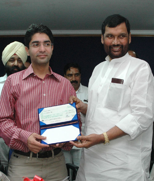 The Union Minister of Chemicals & Fertilizers and Steel, Shri Ram Vilas Paswan presenting a cheque of Rs15 lakh to the first winner of an individual Gold Medal for India at the Beijing Olympic Games and International Shooting Ace, Shri Abhinav Bindra in New Delhi on September 25, 2008