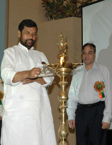 The Union Minister of Chemicals & Fertilizers and Steel, Shri Ram Vilas Paswan lighting the lamp to inaugurate the Third Meeting of Fertilizer Advisory Forum, in New Delhi on October 05, 2008
