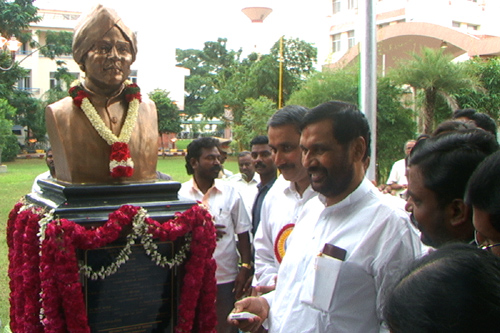 The Union Minister of Chemicals & Fertilizers and Steel, Shri Ram Vilas Paswan unveiling the statue of Ayothidoss Pandithar at National Institute of Siddha, in Chennai on October 25, 2008. The Union Minister for Health and Family Welfare, Dr. Anbumani Ramadoss is also seen