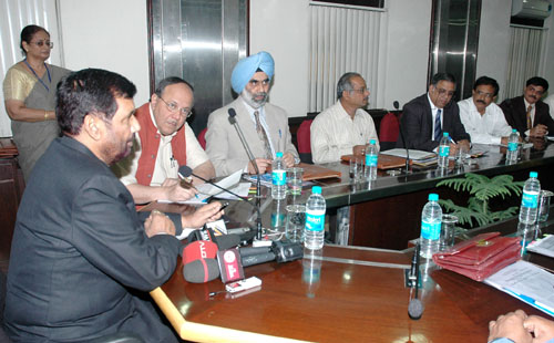The Union Minister of Chemicals & Fertilizers and Steel, Shri Ram Vilas Paswan addressing at the signing ceremony of an MoU between Department of Pharmaceuticals and different mentor Institute of National Institute of Pharmaceutical Education and Research, in New Delhi on November 05, 2008
