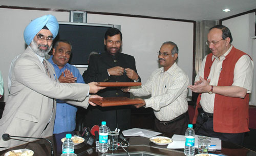 The exchanging the signed documents of an MoU between Department of Pharmaceuticals and different mentor Institute of National Institute of Pharmaceutical Education and Research in the present of the Union Minister of Chemicals & Fertilizers and Steel, Shri Ram Vilas Paswan, in New Delhi on November 05, 2008