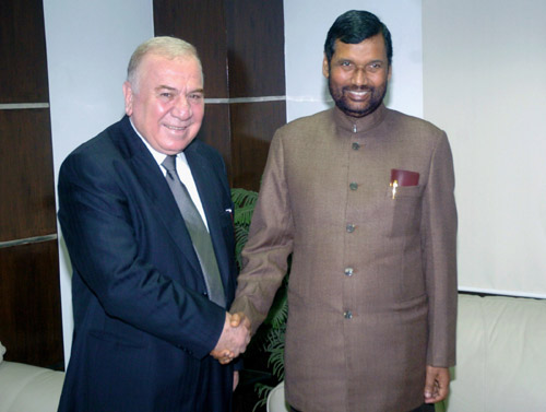 The Minister for Petroleum and Mineral Resources of Syrian, Mr. Sufian Al Alao meeting the Union Minister for Steel, Chemicals and Fertilisers, Shri Ram Vilas Paswan, in New Delhi January 15, 2009