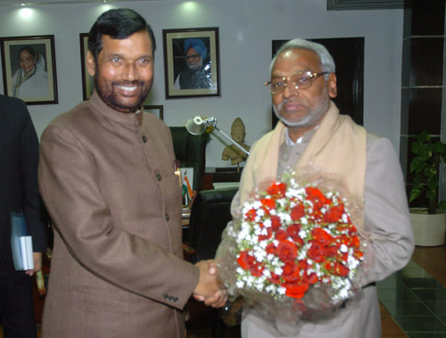 The Minister for Commerce and Supplies of Nepal, Shri Rajendra Mahato meeting the Union Minister for Steel, Chemicals and Fertilisers, Shri Ram Vilas Paswan, in New Delhi January 15, 2009
