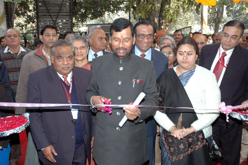 The Union Minister of Chemicals & Fertilizers and Steel, Shri Ram Vilas Paswan inaugurating the first generic drug store Jan Aushadhi Drug Store, in New Delhi on February 05, 2009
