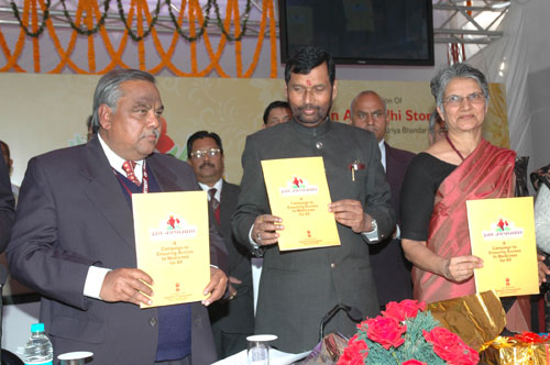 The Union Minister of Chemicals & Fertilizers and Steel, Shri Ram Vilas Paswan releasing the brochure 'Jan Aushadhi' at the inauguration of the first generic drug store Jan Aushadhi Drug Store, in New Delhi on February 05, 2009