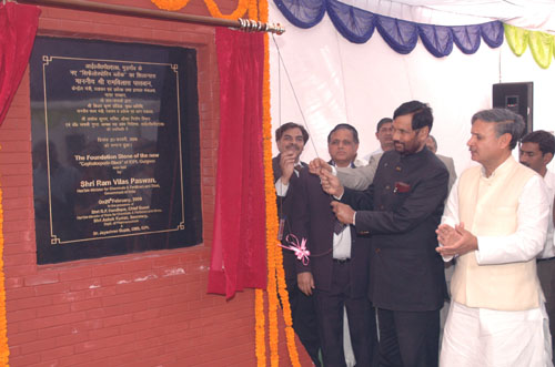 The Union Minister of Chemicals & Fertilizers and Steel, Shri Ram Vilas Paswan unveiling the plaque at the foundation stone laying ceremony of the new State of Art Cephalosporin Block at IDPL Gurgaon Plant, in Gurgaon, Haryana on February 20, 2009. The Minister of State for Defence Production, Rao Inderjit Singh is also seen