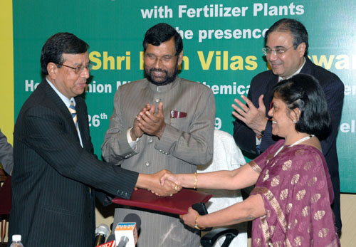 The Chairman and Managing Director of GAIL, Dr. U D Choubey and the Chairperson, Urvarak Videsh Ltd. and Director (Finance), NFL, Ms. Neeru Abrol exchanging the signed documents of an MoU between Gas Authority of India Ltd. and Barauni Fertilizer Plant for Supplying Gas in the presence of the Union Minister of Chemicals & Fertilizers and Steel, Shri Ram Vilas Paswan, in New Delhi on February 26, 2009